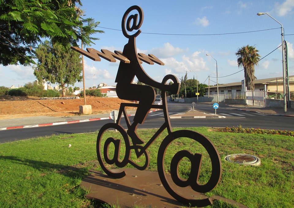 Skulptura The Internet Messenger. Autor skulpture: Buky Schwartz. Autor fotografije: Dr. Avishai Teicher Pikiwiki Israel
