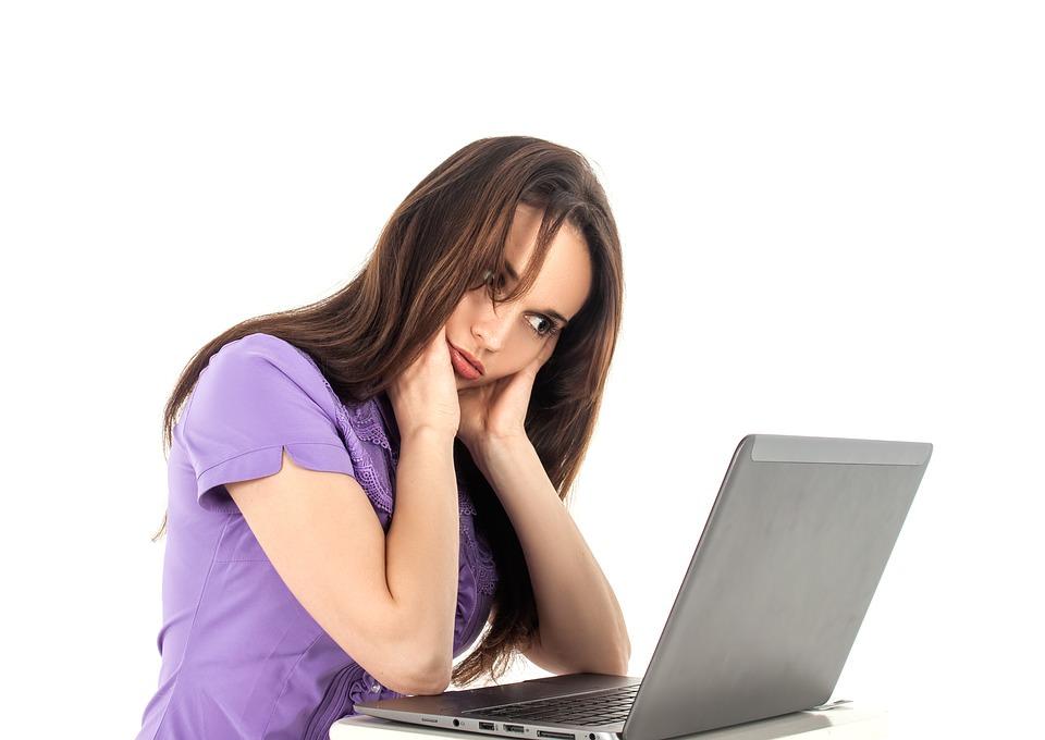 Devojka koja sedi ispred računara