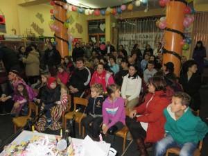 Predstava i dodela paketića u udruženju MNRO