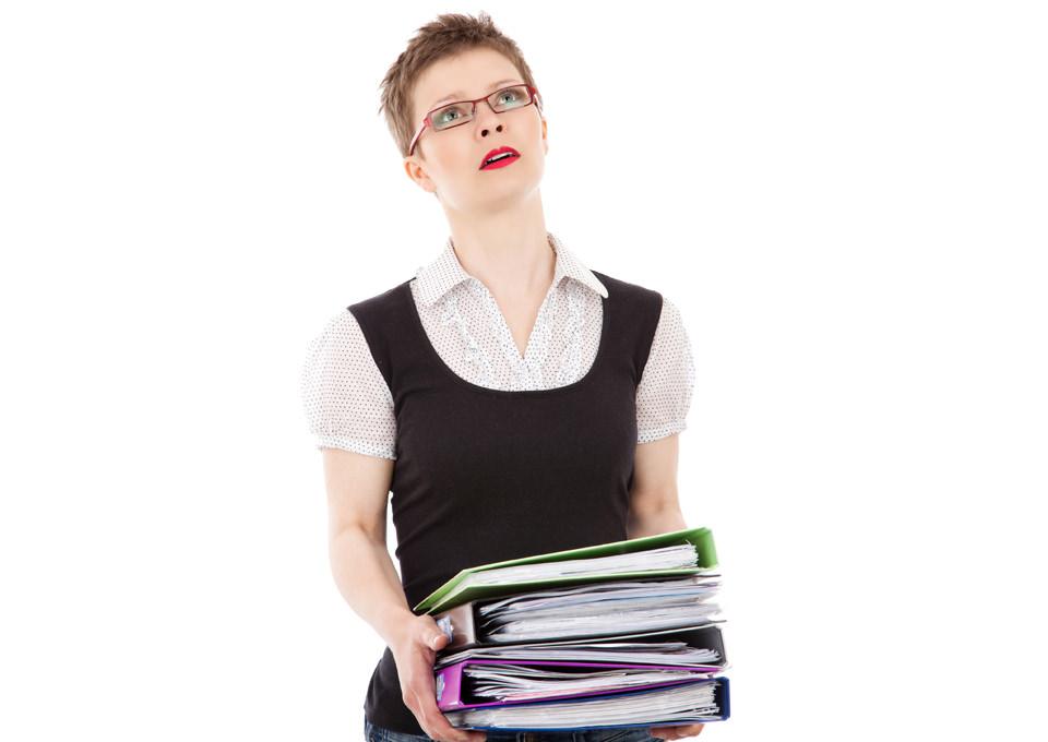 Žena sa registratorima u rukama